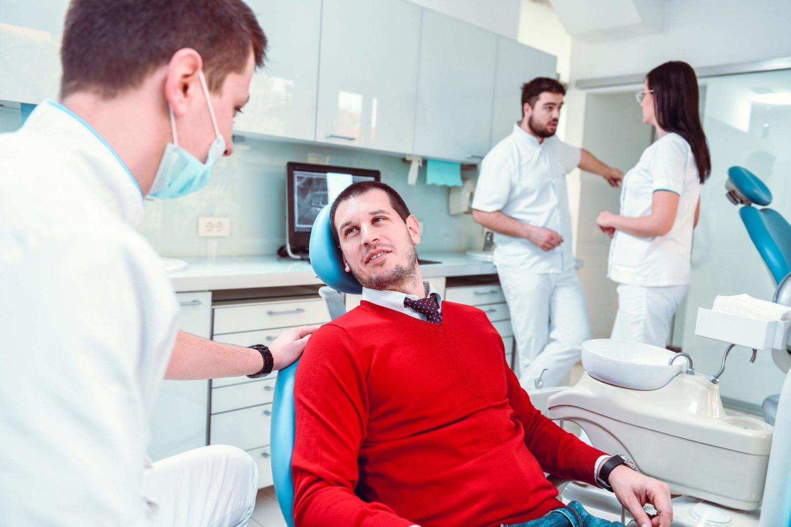 Dentiste et patient sur la chaise